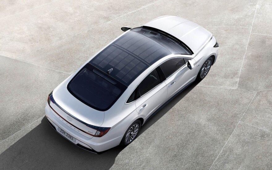 """""""Hyundai Sonata Hybrid"""" su saulės elementais ant stogo"""
