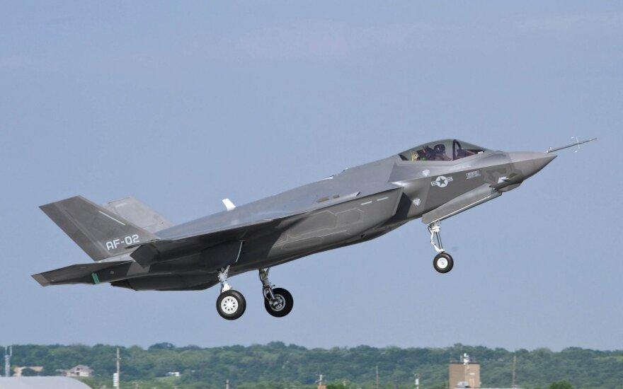 """Rizikingas sprendimas trikdo JAV planus dėl """"nematomų"""" naikintuvų F-35: laimės Maskva"""