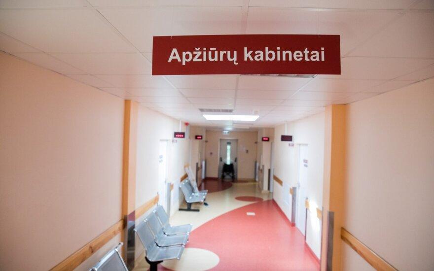 Vilniuje pažeidėjas pareigūną sužalojo prispaudęs durimis