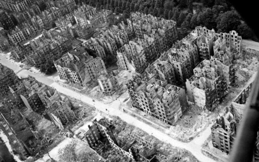 """Hamburgas po sąjungininkų operacijos """"Gomora"""". Per antskrydžius sunaikinta apie pusė gyvenamųjų pastatų. Operacijos pavadinimas priminė apie dievų rūstybės sunaikintą biblinę Gomorą – netikėlių irštvą."""