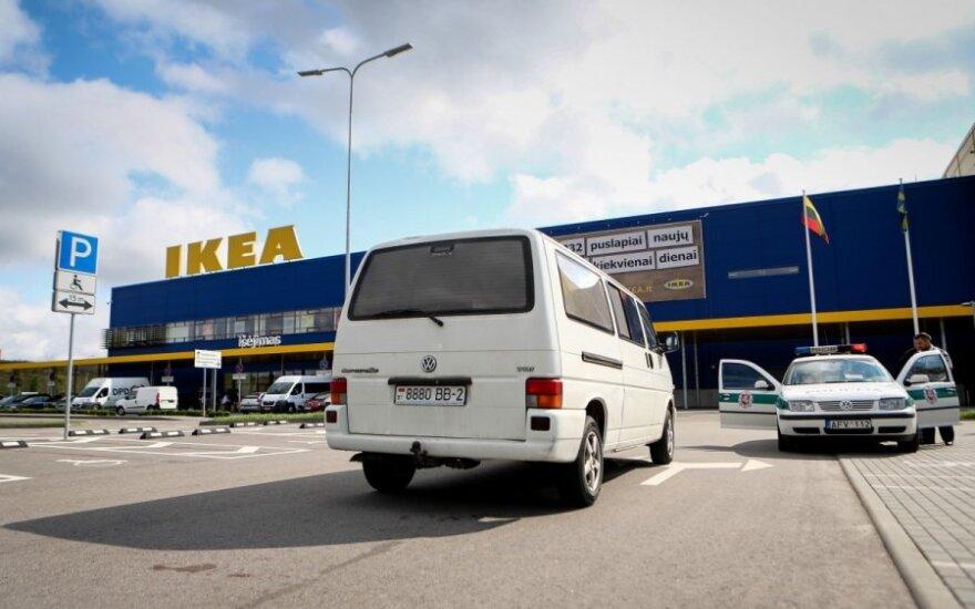 """Vaizdo įrašas atskleidė, kaip prie """"Ikea"""" partrenkta mergytė"""