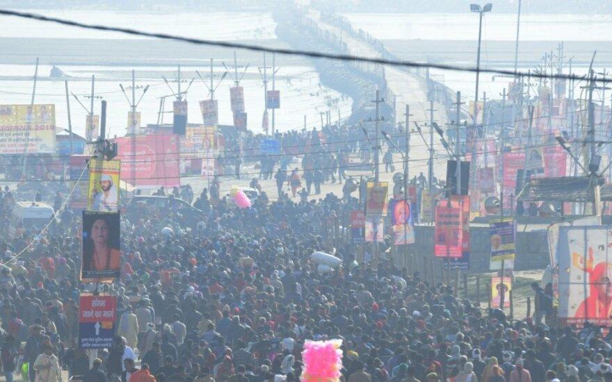 Didžiulis Indijos hinduistų festivalis prasidėjo po toksiškų dulkių debesiu