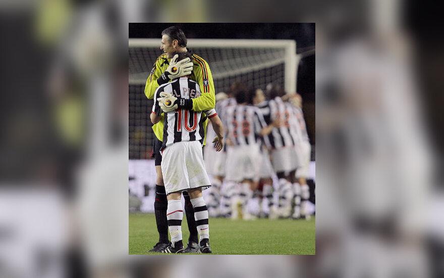 """Alessandro Del Piero (""""Juventus"""") sveikina """"AC Milan"""" vartininkas Zelico Kalac"""