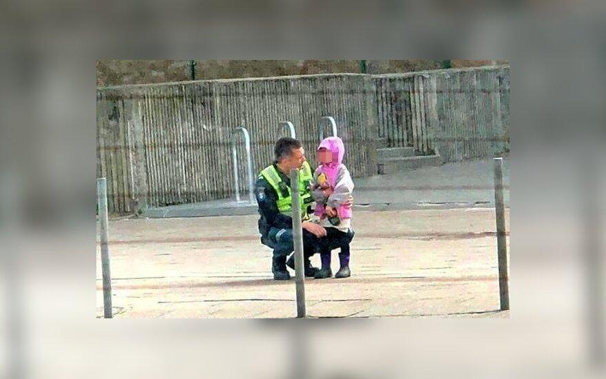 Moteris užfiksavo jautrią akimirką: pareigūnas neliko abejingas išsigandusios mergytės ašaroms