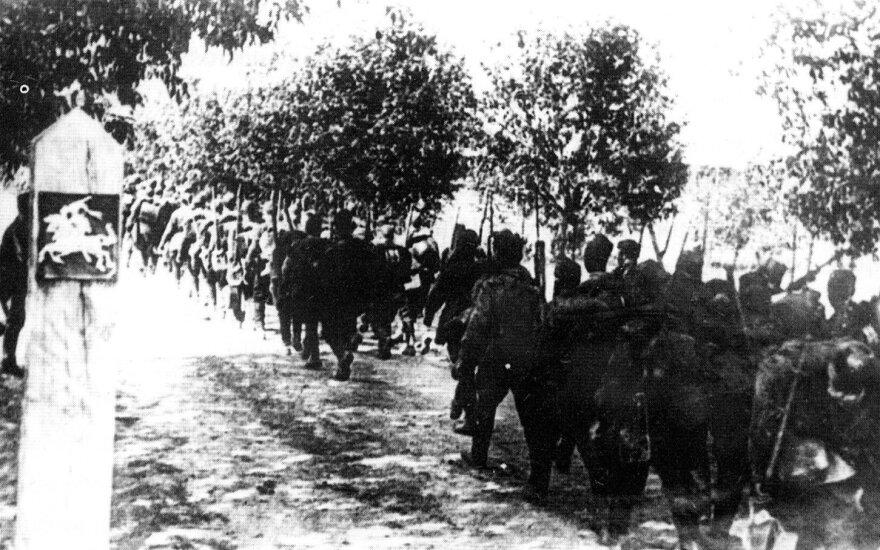 Raudonoji armija peržengia Lietuvos valstybinę sieną. 1940 m. birželio 15 d.