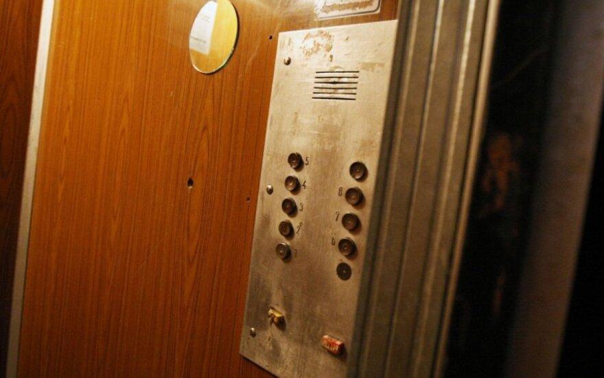 Nesulaukdami valstybės paramos, gyventojai delsia keisti senus liftus