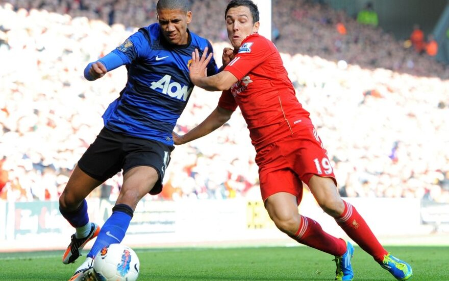"""Chrisas Smallingas (""""Man. United"""", kairėje) kovoja su  Stewartu Downingu (""""Liverpool"""")"""