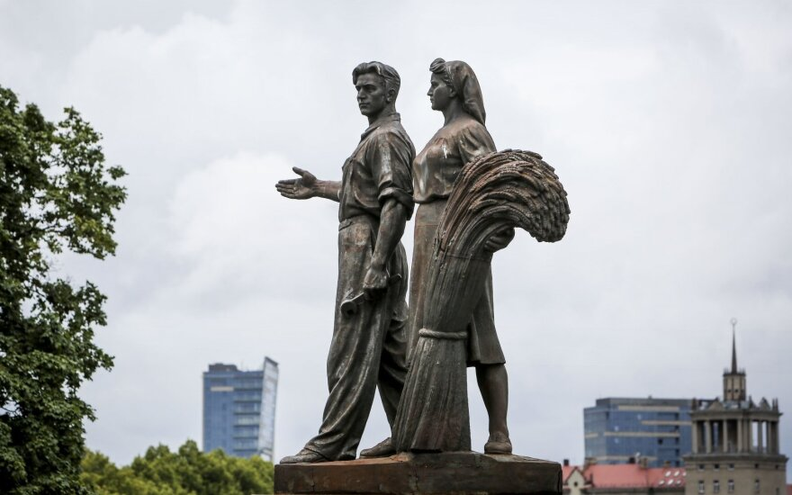 Heritage commission to take up Green Bridge statues issue