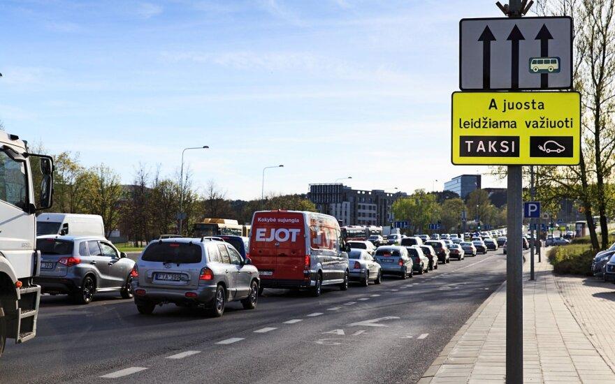 Iškėlė klausimą: ar būtina praleisti saugos tarnybų automobilius?