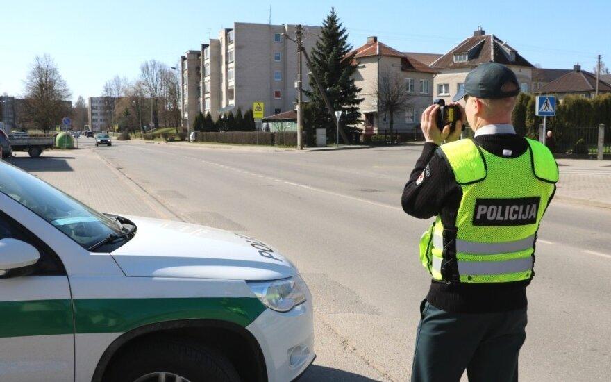 Policija matuoja transporto greitį (asociatyvi nuotr.)