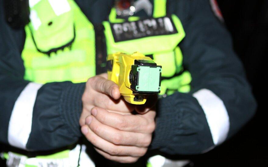 Šokiruojanti realybė policijoje: apsivogusiems paaugliams grasino išdeginti genitalijas, o neliudijusį 14-metį pririšo prie medžio