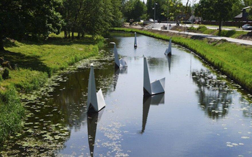 Šyšos upę papuošė origami gulbės