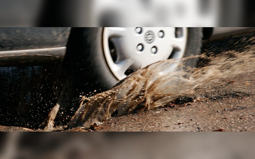 Vairuotojams nuostolius neša duobėtos gatvės