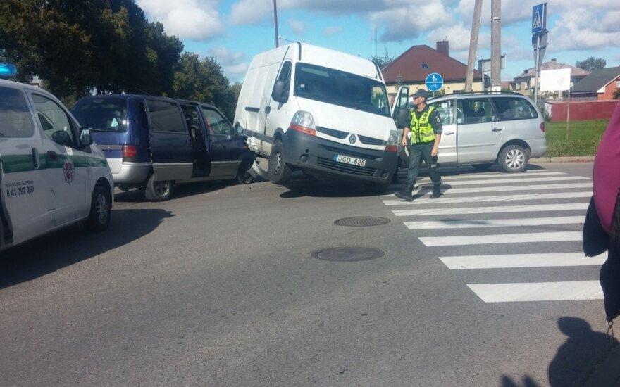 """Šiauliuose nufotografavo kuriozinę avariją: mikroautobusą """"užpuolė"""" dviese"""
