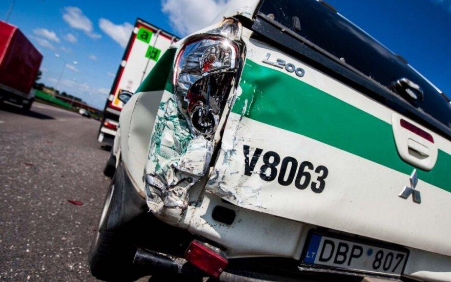 """Į policijos automobilį įsirėžęs girtas """"Opel"""" vairuotojas nustebo, iš kur atsirado promilės"""