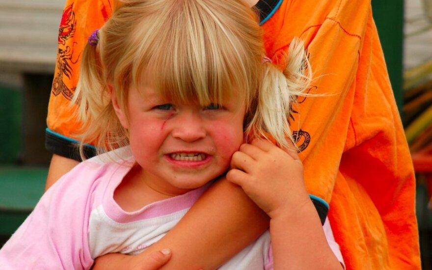 Ką iškrečia suaugusieji taikydami susipykusius ikimokyklinukus?