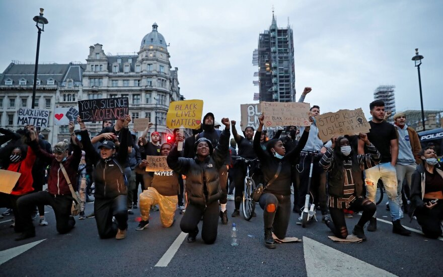 Dėl Floydo nužudymo protestuotojai išėjo į Londono gatves