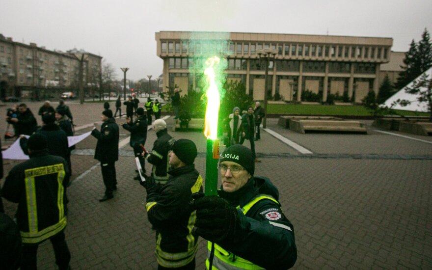 Degindami deglus prie Seimo įvairių tarnybų pareigūnai protestavo dėl algų
