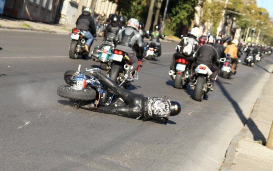 Saugaus vairavimo pamokose aiškins ir tai, kaip nuimti nekvėpuojančiam motociklininkui šalmą
