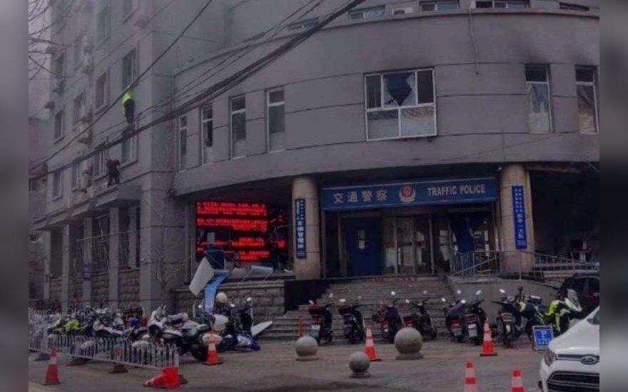 Kinijos policijos skyrių per sprogdintojo išpuolį sužeisti trys žmonės, žuvo užpuolikas