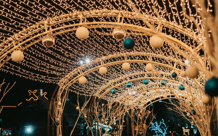 Tarsi pasakoje: garsiausias Latvijos kalėdinis miestelis taip gražiai dar niekada neatrodė