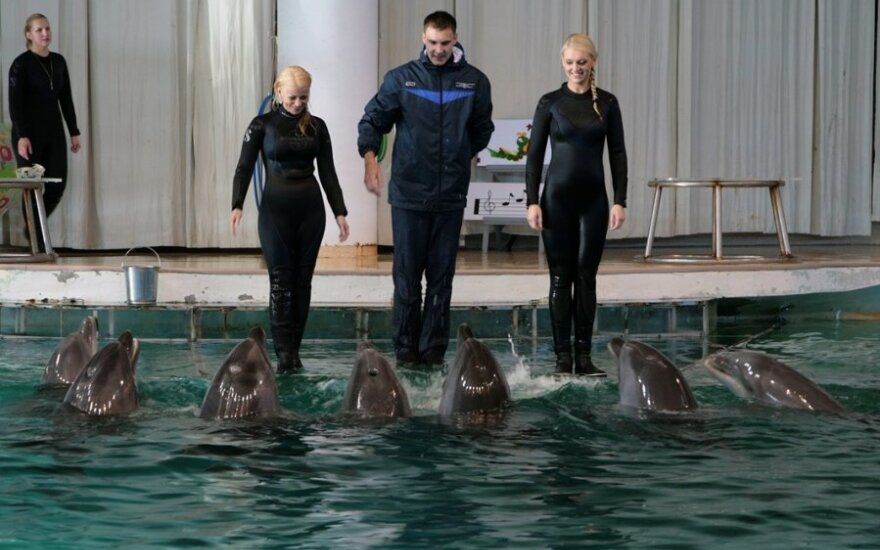 Vaida Genytė (kairėje) ir Rūta Ščiogolevaitė renginyje su delfinais.