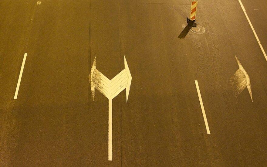 Eismo sąlygos: vietomis keliai slidūs, naktį – plikledis