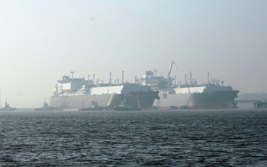 "The gas tanker ""Golar Seal"" and the LNG terminal ""Independence"""