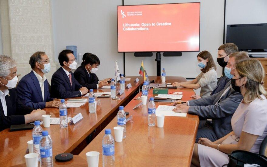 Kultūros ministras Simonas Kairys susitiko su Pietų Korėjos parlamentarais (Liudo Masio nuotr.)