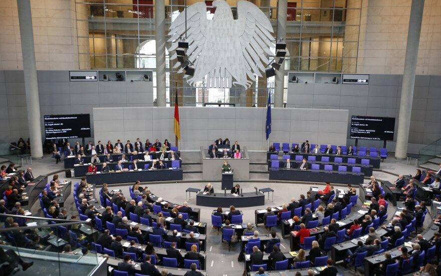 Vokietijos parlamentas pritarė trečiai lyčiai dokumentuose