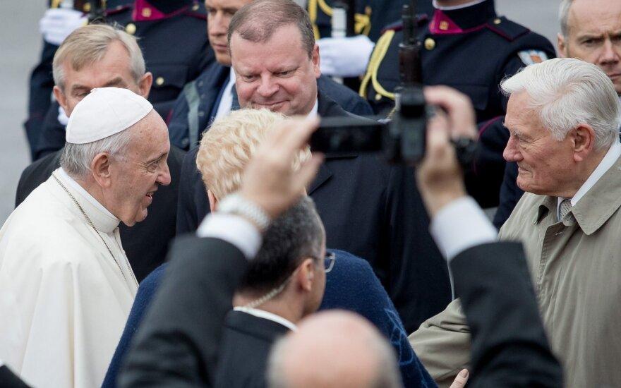 Skvernelis apie kritikuojančius popiežių pasitikusią mergaitę: niekšai