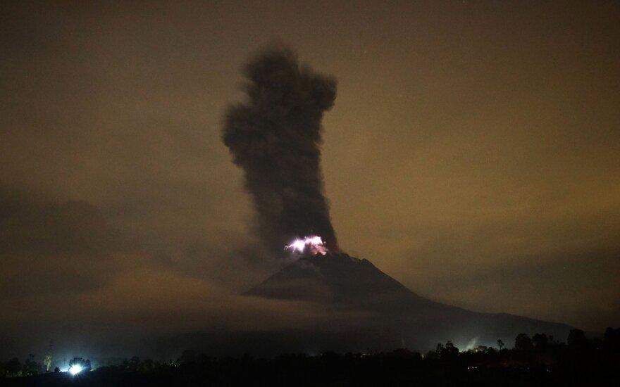 Išsiveržė aktyviausias Indonezijos ugnikalnis