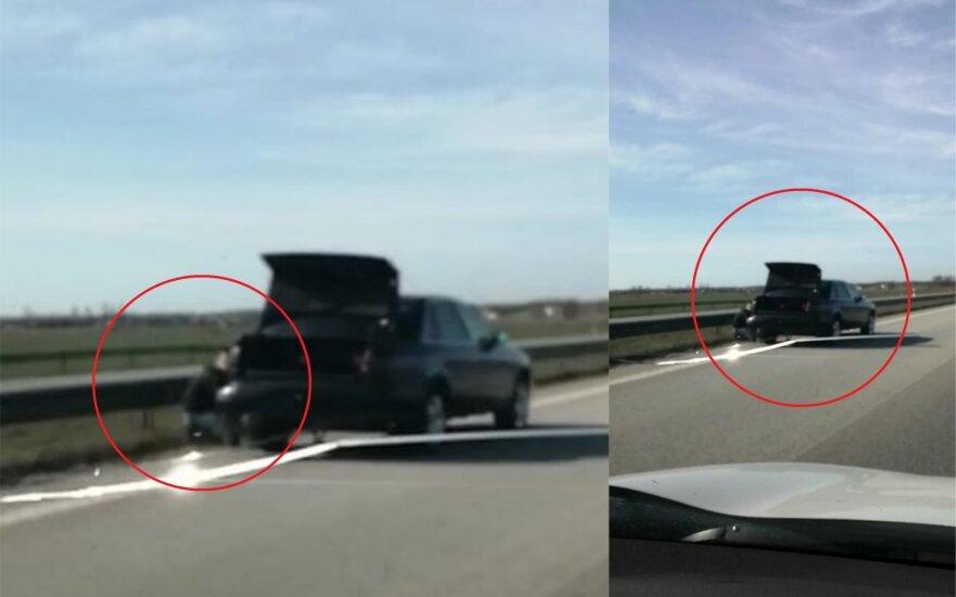 """Vyras magistralėje A1 sustojo keisti rato antroje juostoje. """"Facebook"""" grupės """"Klaipėdos reidai II"""" nuotr."""