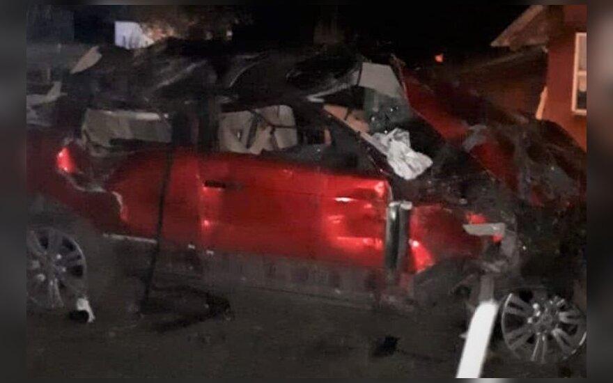 Naktį visureigis vartydamasis išlaužė sodo medžius ir trenkėsi į namą, vairuotojas išlėkė per priekinį langą