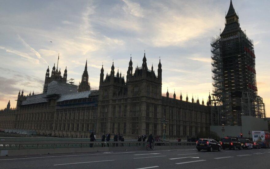 """Britanija žada paskelbti """"Brexit"""" projektą ir neigia sąmyšį vyriausybėje"""