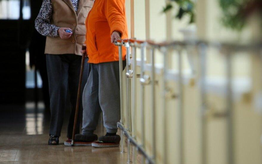 Emigracijos pasekmė – vieniši senoliai: būtina keisti sovietinį požiūrį į senelių globos namus