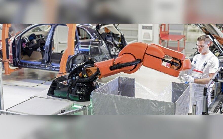 Audi automobilius gamins ir išmanūs robotai