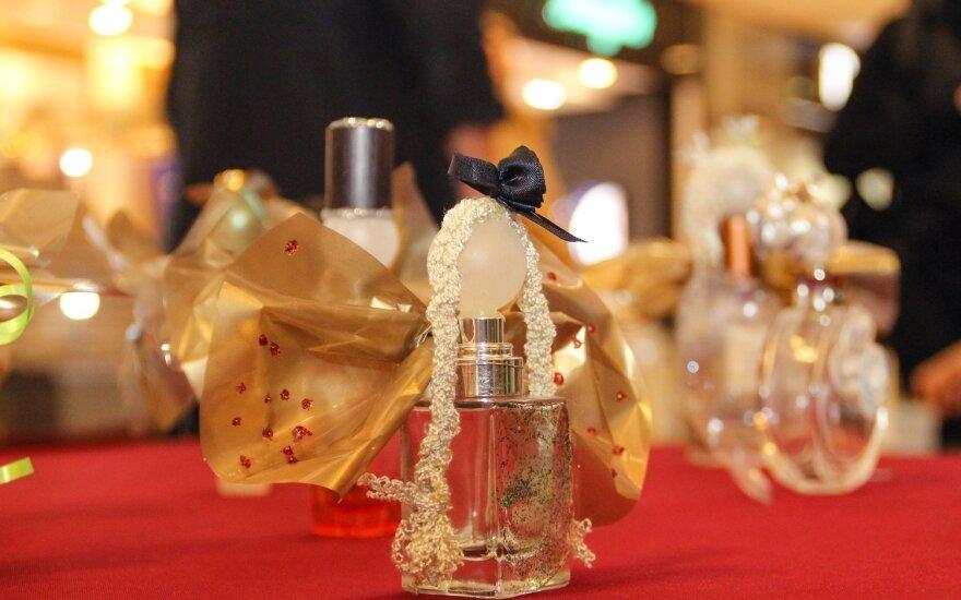 Dekoracijos iš tuščių kvepalų buteliukų