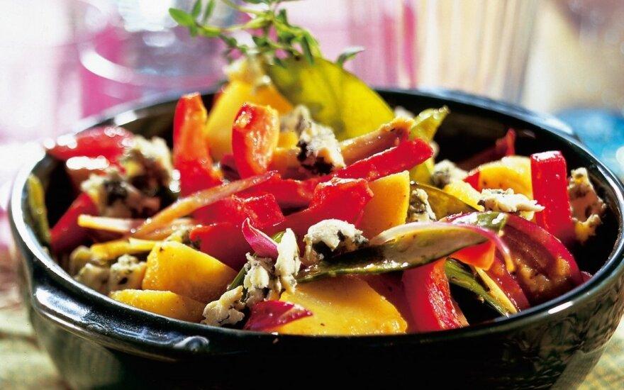 Daržovių salotos su mėlynųjų pelėsių sūriu