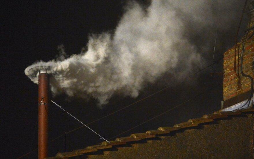 Balti dūmai iš Siksto koplyčios