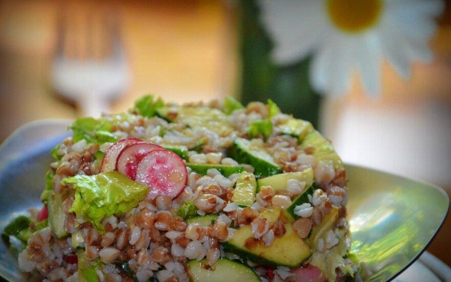 Šviežių daržovių salotos su grikiais