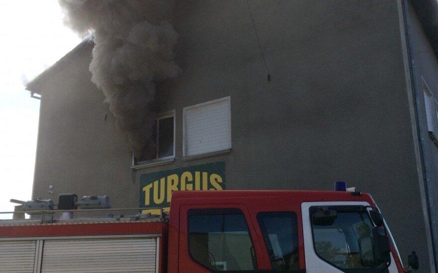 Plungėje didelis gaisras kilo turgų valdančios bendrovės pastate