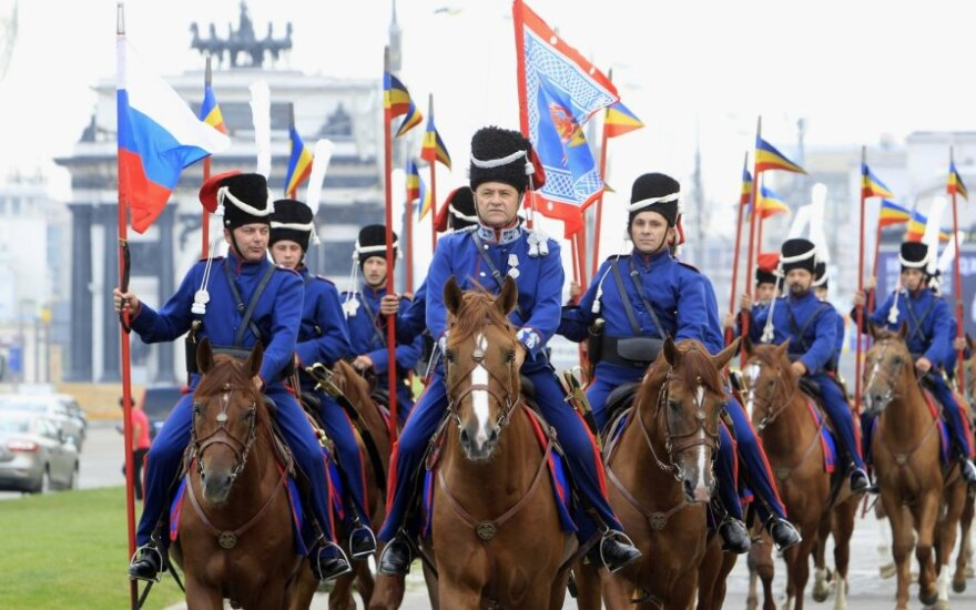 Rusija pergalę prieš Napoleoną mini raitelių žygiu į Paryžių