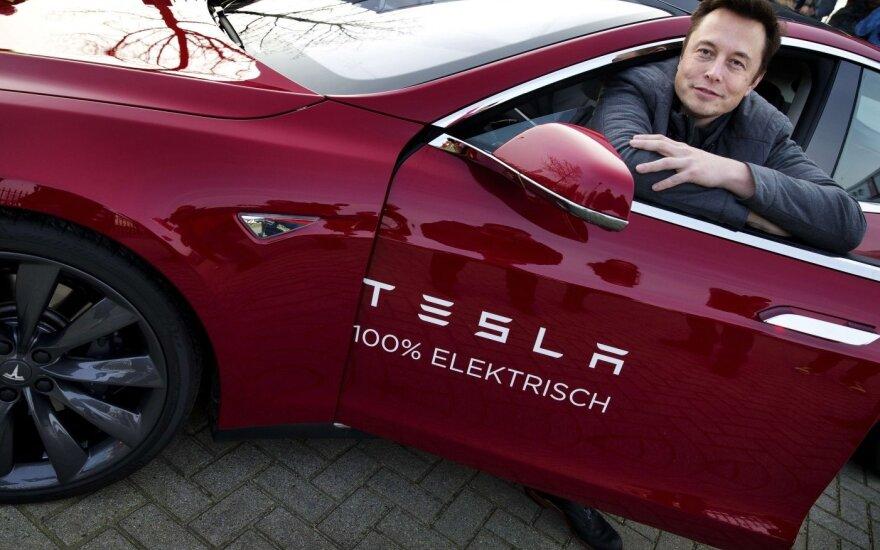 """Tamsioji """"Tesla"""" pusė: darbuotojai pasakoja apie braidžiojimą po srutas ir incidentų nuslėpimus"""
