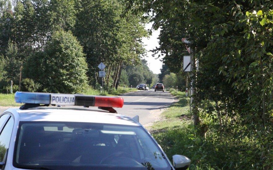 Saločiuose bandęs sprukti motociklininkas kliudė ir sužalojo policininką