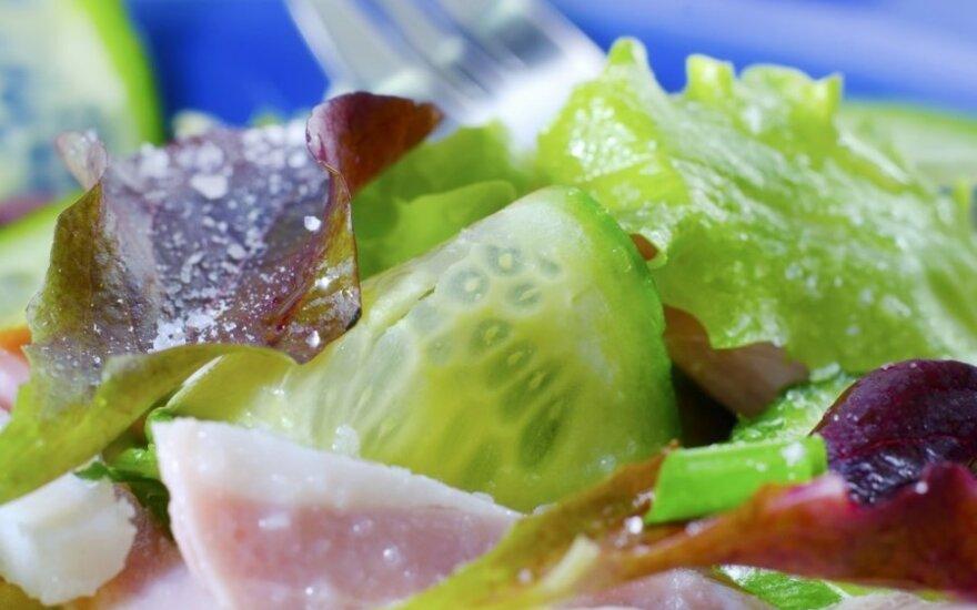 Šiltos daržovių salotos su kumpiu