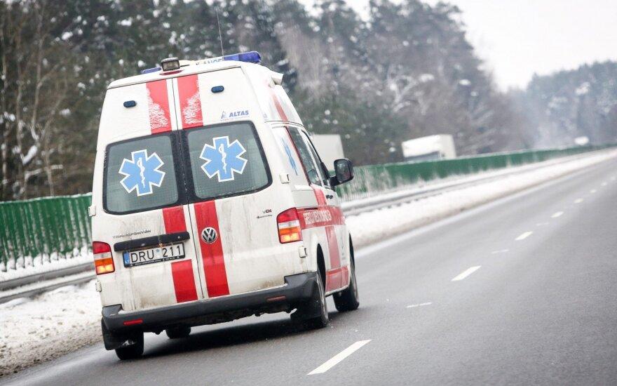 Avarija slidžiame kelyje: sužaloti keturi žmonės, vienas jų reanimacijoje