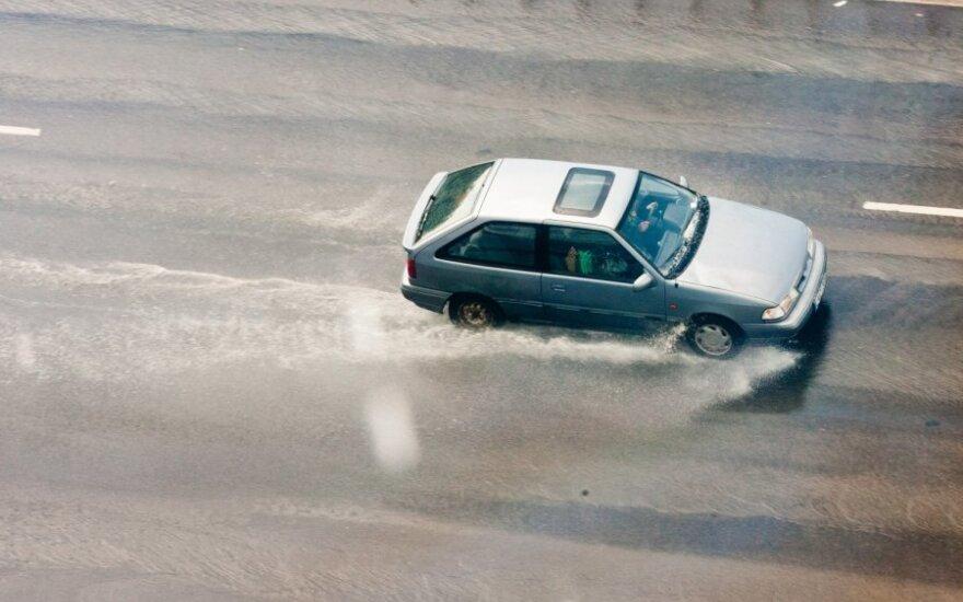Per lietų automobilis gali tapti nevaldomas ir tiesiame kelyje