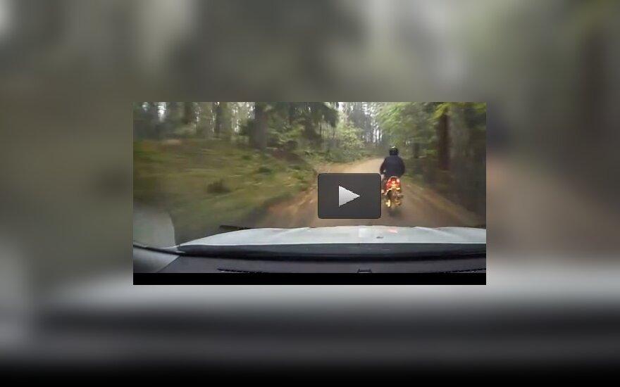 Kodėl pareigūnai negalėjo ištraukti po jų automobiliu patekusio motociklininko