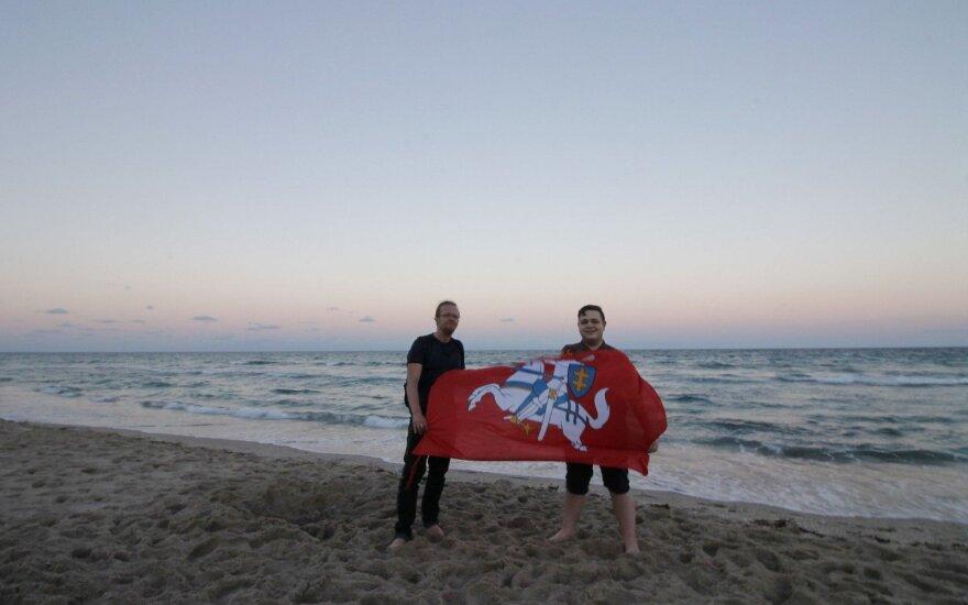 Vasario 16-ąją Lietuvos himnas skambėjo Floridos paplūdimyje / Foto: Gabija Karlonaitė ir Arvydas Račiūnas
